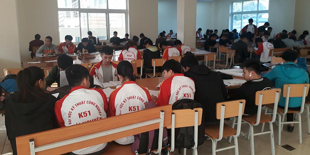 Sinh viên TNUT nghiên cứu tài liệu trên thư viện
